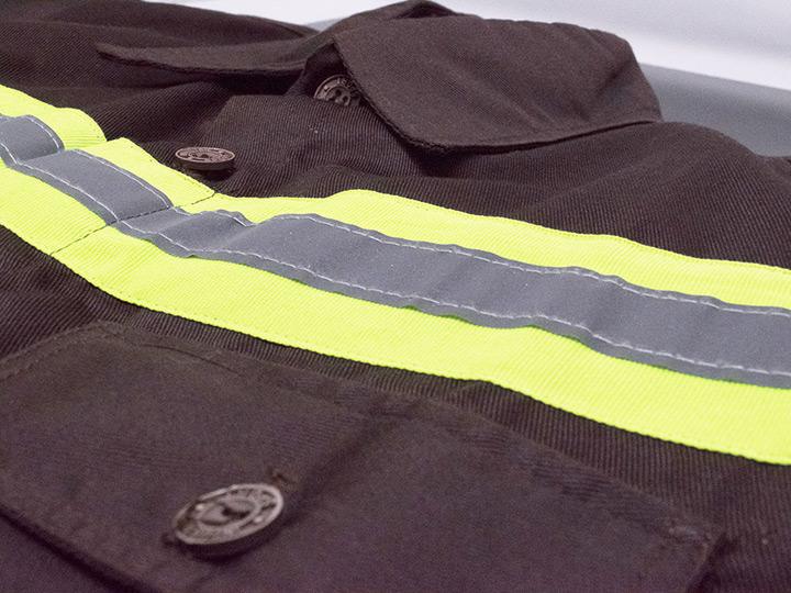 Camisa con raya reflectiva
